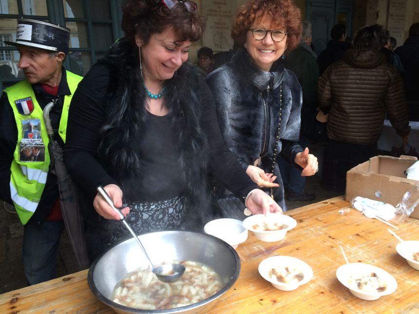 Les habitants de Sarlat servent la soupe de carcasse aux touristes de Fest'Oie