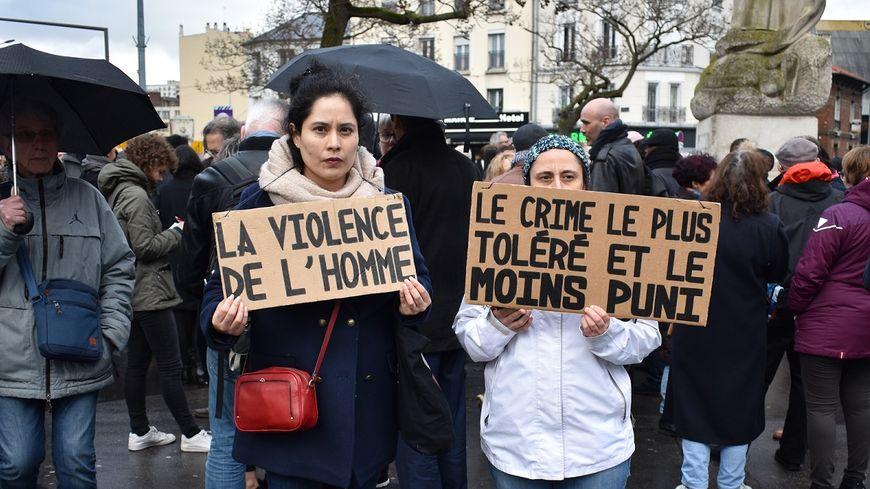 Deux participantes au rassemblement en hommage à la jeune femme, tuée le 9 mars dernier, à Saint-Ouen