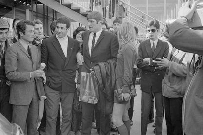 Michel Drucker en 1968 avec les rugbymen Christian Carrere et Walter Spanghero à Orly après leur victoire