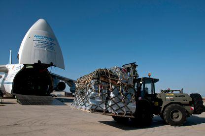 Chargement de l'avion-cargo Antonov 124, affrété par la société ICS, ici en 2012.