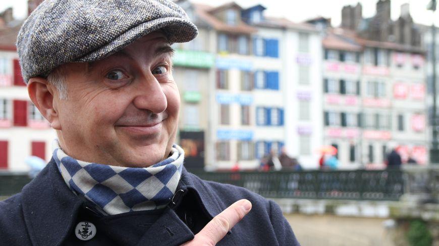 Patrice Thibaud devant le mur des mots à Bayonne