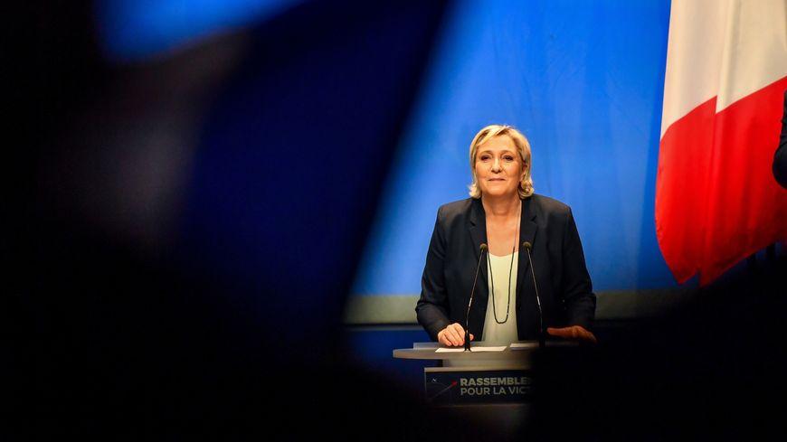 """Marine Le Pen, réélue à la tête du FN, a proposé dimanche de rebaptiser le parti """"Rassemblement national""""."""
