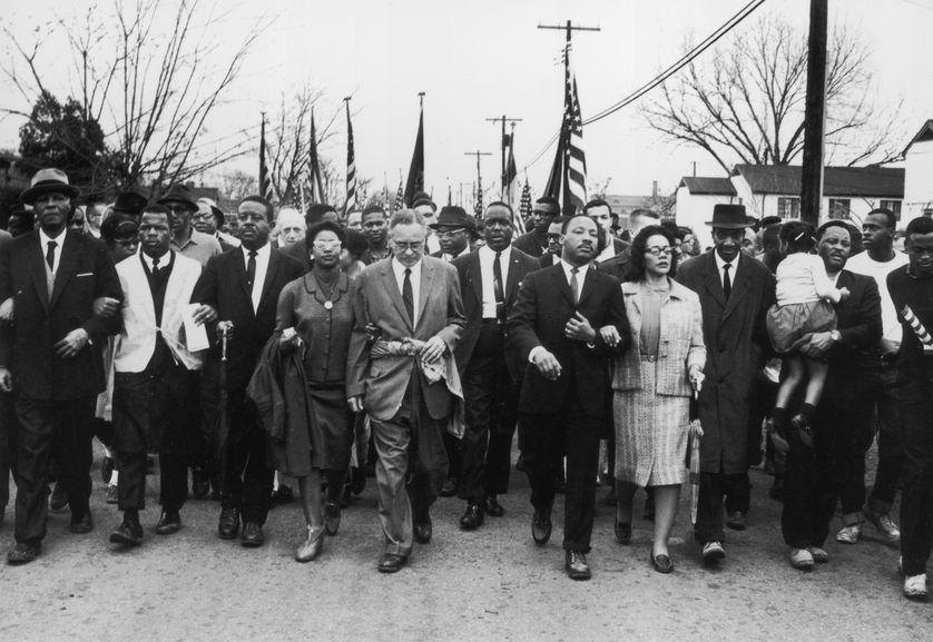 Le 21 mars 1965, plus de 2.000 manifestants partent de Selma, menés par Martin Luther King en direction Montgomery.