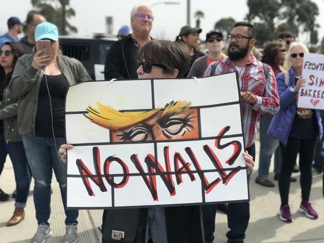 Manifestation anti-mur à San Diego à l'occasion de la visite de Donald Trump