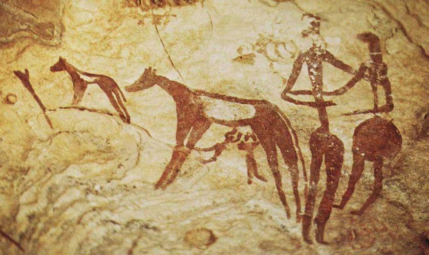 Petits personnages buvant directement au pis dans le jebel Uweinat, massif montagneux à la frontière entre l'Égypte, la Libye et le Soudan