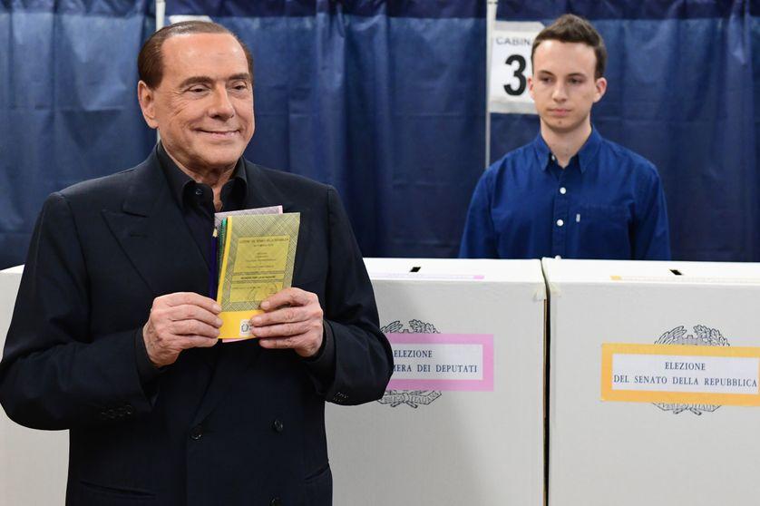 Silvio Berlusconi s'apprêtant à voter à Milan le 4 Mars 2018