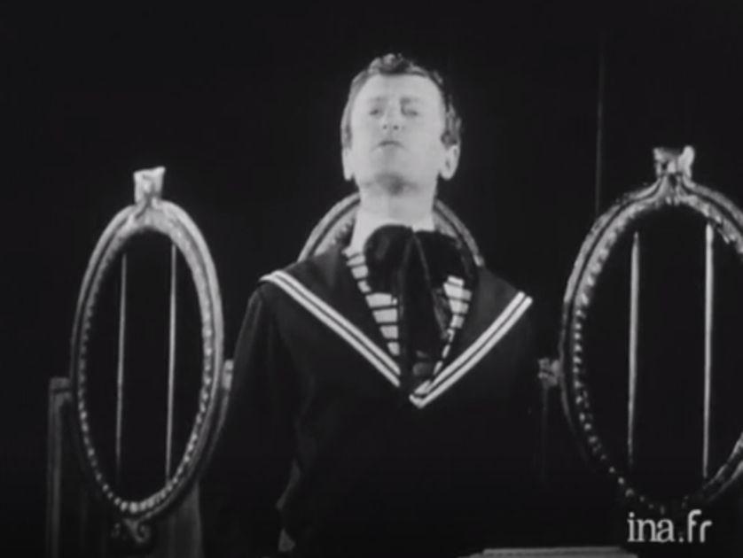 """Victor (Claude Rich) dans """"Victor ou les enfants au pouvoir"""" de Roger VITRAC au théâtre de l'Ambigu, mise en scène par Jean Anouilh en 1962"""