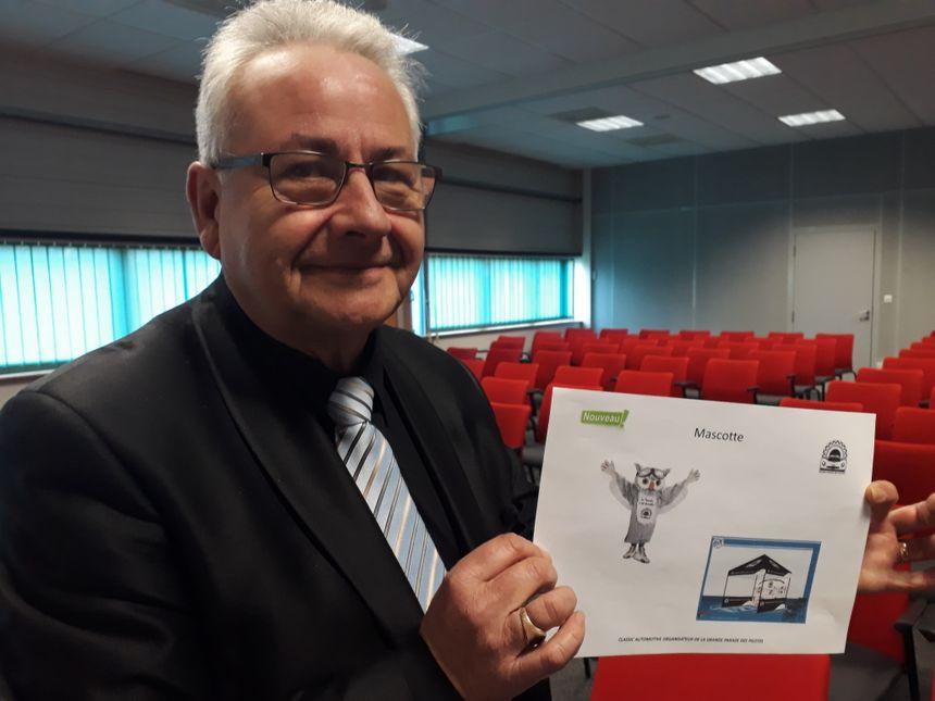 Thierry Hamon, le président de Classic Automotive, l'organisateur de la Parade des pilotes, nous dévoile la nouvelle mascotte du défilé