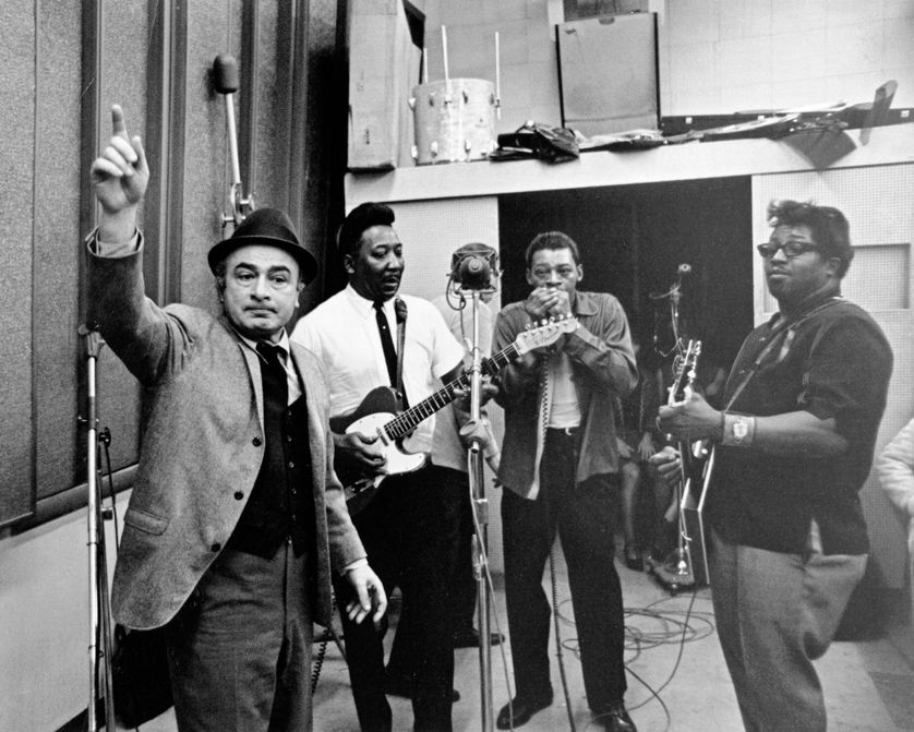 "Phil Chess (à g.), fondateur de Chess Records, supervise l'enregistrement de l'album ""Super Blues"" dans les studios Tel Mar à Chicago, janvier 1967. De d. à g. Bo Diddley,  Little Walter, Muddy Waters"