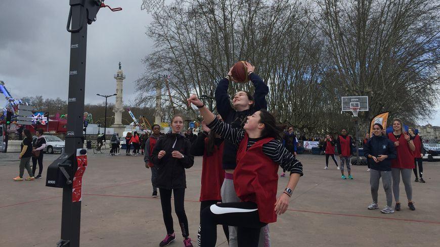 800 lycéennes venues de toute la Gironde rassemblées à Bordeaux pour promouvoir la pratique du sport féminin.