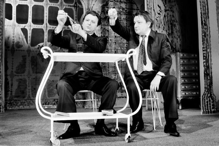 """Claude Piéplu et Roland Dubillard dans """"Les Diablogues"""" sur la scène du Théâtre de la Michodière à Paris."""