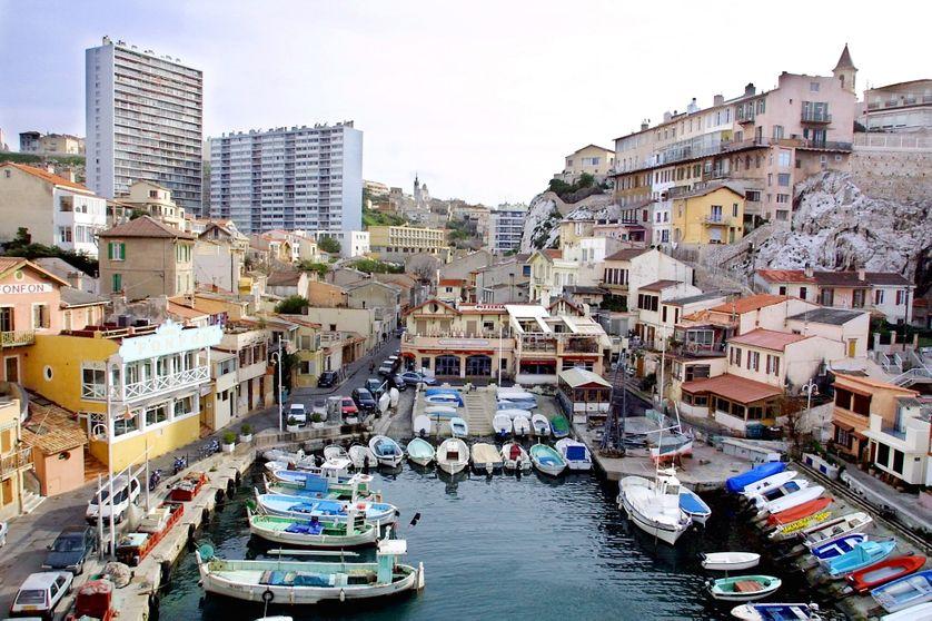 Vue prise en février 2001 du petit port de pêche du Vallon des Auffes au coeur de Marseille