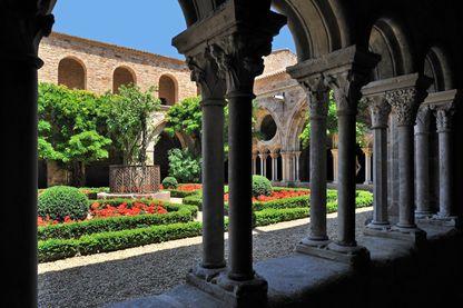 Jardin de l'Abbaye cistercien Sainte-Marie de Fontfroide dans les Pyrénées