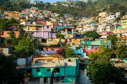 Jalousie, l'un des plus grands bidonvilles d'Haïti a été peint dans un arc-en-ciel de couleurs psychédéliques il y a quelques années.