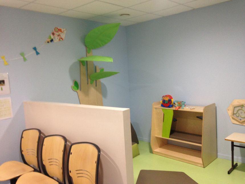 Un espace de jeu est aménagé dans la salle d'attente.