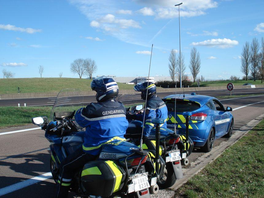 Après avoir été alertés par leurs collègues éclaireurs, les motards de l'escadron départemental de sécurité routière, s'engagent sur l'autoroute pour verbaliser les contrevenants.
