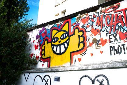 Street art avec un dessin de Monsieur Chat sur un mur du 14e arrondissement à Paris