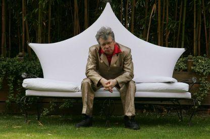 """Ramon Pipin, chanteur et guitariste du groupe """"Au bonheur des dames"""" pose le 04 mai 2006 à Paris. Le musicien Ramon Pipin vient de composer la musique du film d'Albert Dupontel """"Enfermés dehors""""."""
