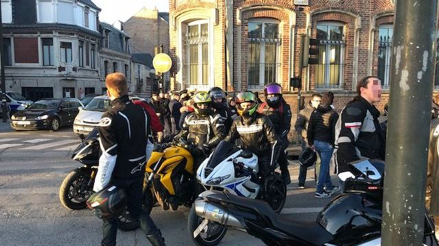 Une trentaine de motards en colère se sont rassemblés aux abords de la préfecture de la Somme