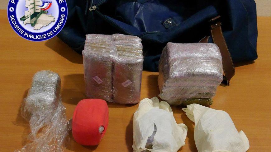 Les policiers de Limoges ont trouvé plus de 3 kilos de résine de cannabis dans le sac de voyage.