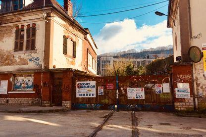 En 1967, des ouvriers et des ouvrières occupent l'usine de textiles artificiels Rhodiaceta, à Besançon
