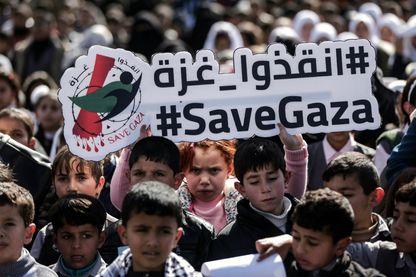 Manifestation d'écoliers dans la ville de Gaza contre la situation économique difficile et la décision des États-Unis de retenir des fonds destinés à l'UNRWA.