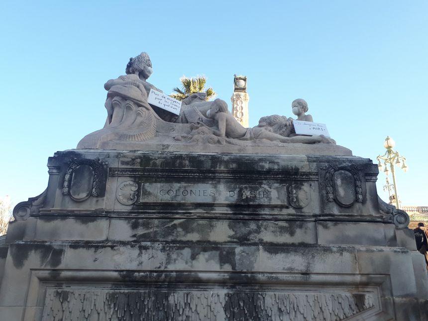 Sur les escaliers de la gare Saint-Charles, les militants ont posé des masques sur les statues.