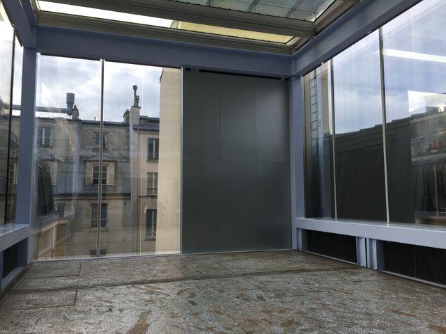 Au sommet du bâtiment, une grande verrière permet à des œuvres d'être totalement éclairées par la lumière naturelle