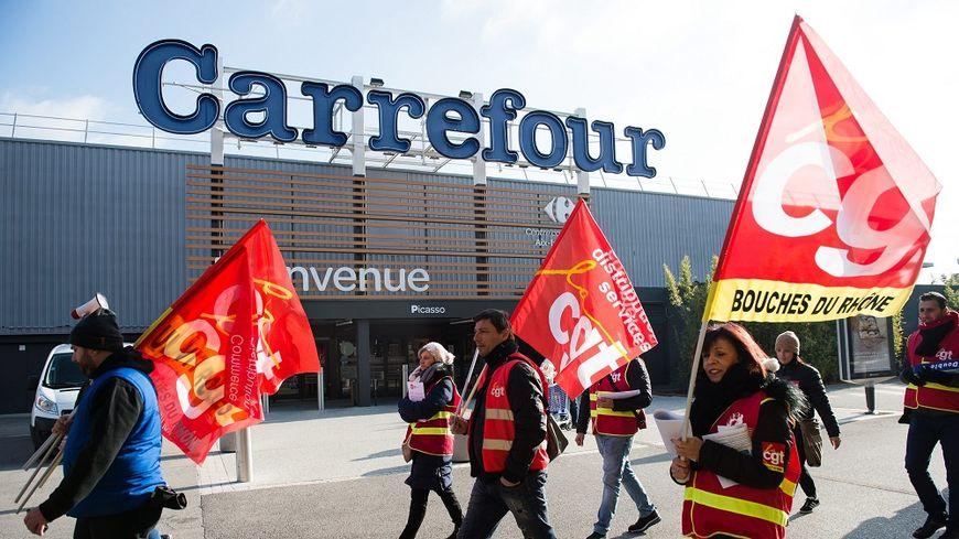 Une manifestation des salariés de Carrefour à Aix-en-Provence, le 8 février.
