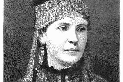 Madame Sophie Schliemann, 1877. Elle porte des bijoux trouvés par son mari Heinrich, archéologue, à Troie (en Turquie moderne) en 1876. Il croyait que ces bijoux avaient appartenu à Hélène de Troie