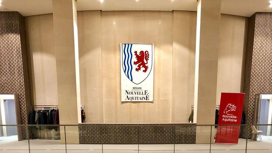 La tapisserie est accrochée dans le hall à l'entrée de la salle de l'assemblée pleinière