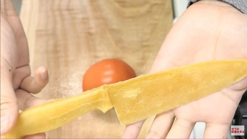 Un couteau réalisé à base de spaghettis qui coupe parfaitement les tomates