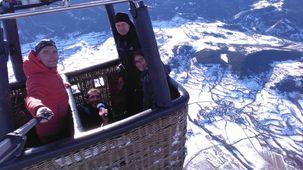 Les passagers de la montgolfière et David au fond de la nacelle