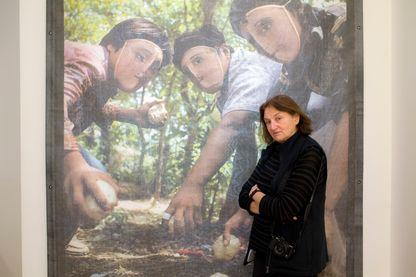 La photographe Susan Meiselas pose devant l'une de ses œuvres exposée au Jeu de Paume