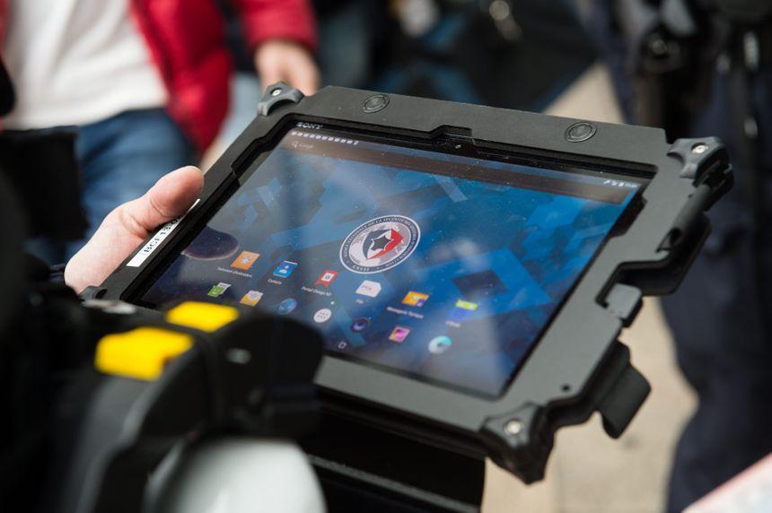 Un policier s'apprête à consulter un fichier sur sa tablette Neo - Maxppp