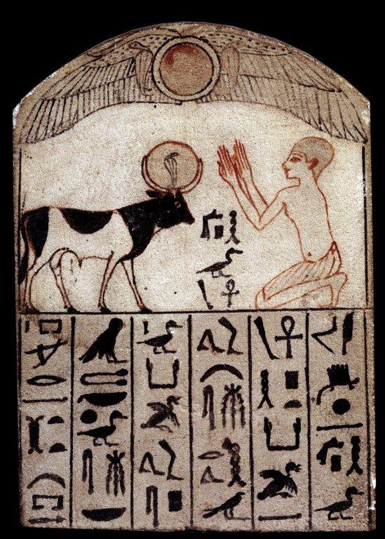 Stèle du Serapeum. Adoration du Dieu Apis. Sculpture en calcaire peint (664-332 avant JC), Egypte. Paris, Musée Du Louvre