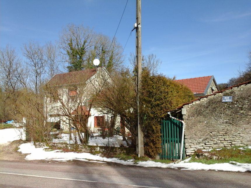 Devant chez Huguette, qui sortait accompagnée de Françoise... parce qu'il fait toujours aussi bon vivre à Scey-sur-Saône!