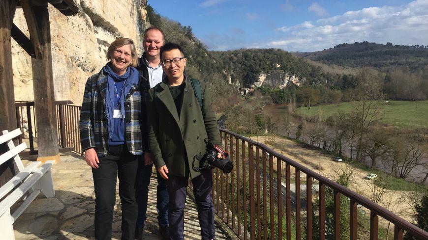 Fan Yibo le blogueur venu de Chine devant la grotte du Grand Roc aux Eyzies