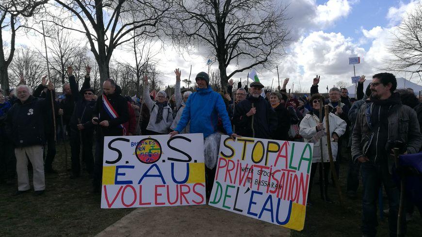 """1.500 opposants au projet de bassines à la """"Marche des pigouilles"""""""