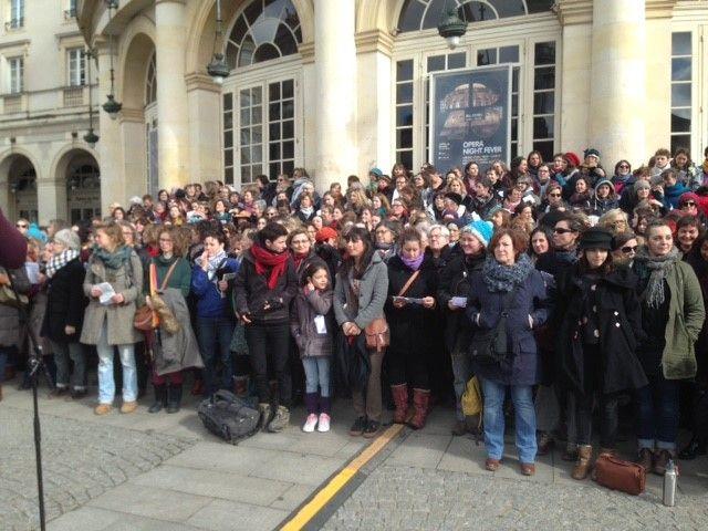 Le chœur sur les marches de l'Opéra de Rennes