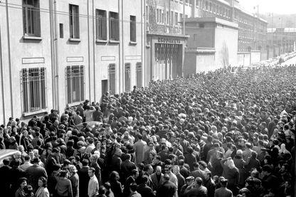Grève des ouvriers de Rhodiaceta. Manifestation devant l'usine de Gorge de loup le 1er mars 1967.