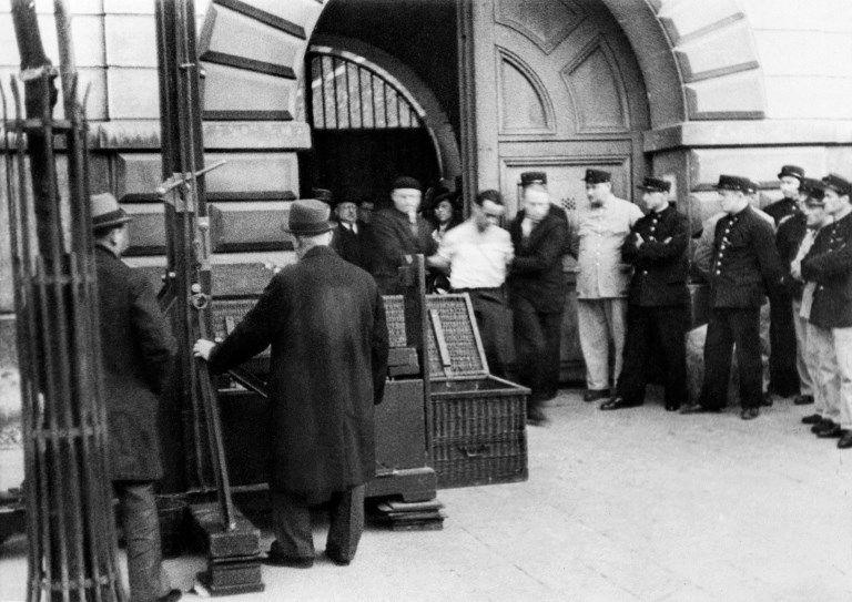 Eugène Weidmann, condamné à mort, amené à la guillotine à Versailles, juin 1939.