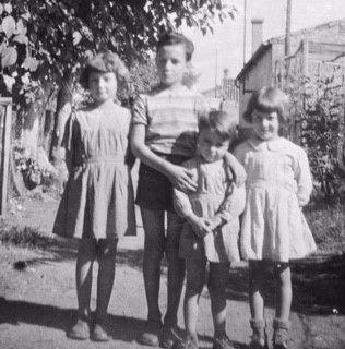 Les enfants Heftre à Condat vers 1956. Mona est à droite sur la photo.