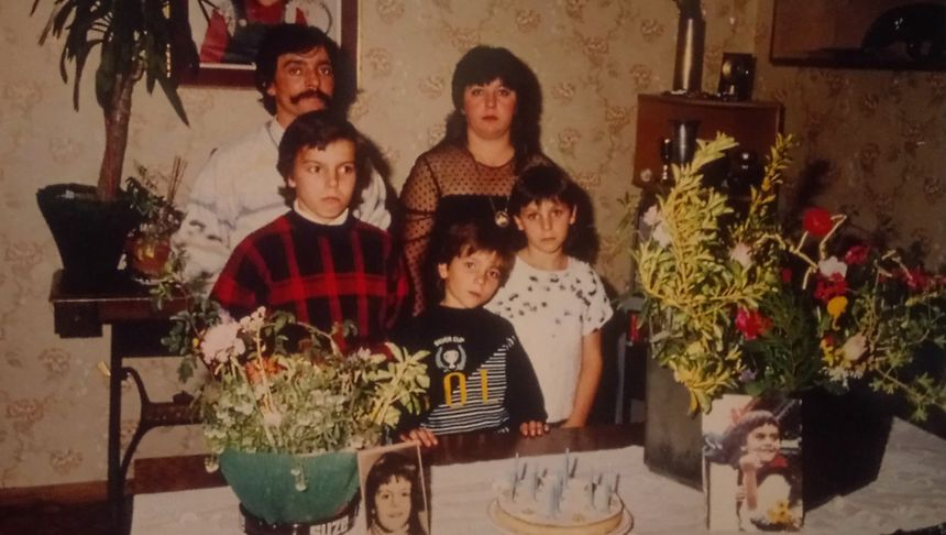 La famille Janvier, dans son appartement. Il manque Ludovic, qui a été enlevé quelques années auparavant