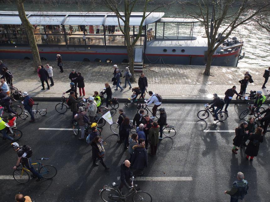 En vélo ou à poussette, les anti-voitures se sont retrouvé quai Georges Pompidou