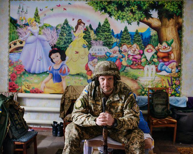 Avdiivka - Donbass – Ukraine - 24 février 2017 - 13h44 Volodymyr (38 ans), officier de presse de l'armée ukrainienne, pose dans le dortoir du bureau de presse militaire du 72e régiment situé dans une ancienne crèche.