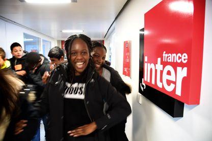 Deborah et Tracey, élèves de troisième au collège Pierre de Geyter de Saint-Denis, visitent la rédaction de France Inter