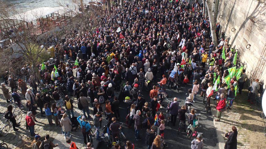 Quelques 800 Franciliens sont venus manifester Quai Georges Pompidou
