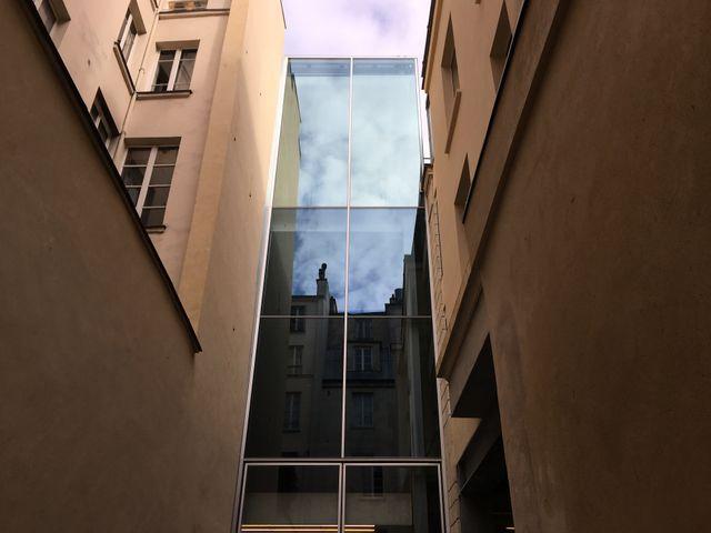 La tour centrale, en verre, a été construite dans la cour centrale de cet immeuble classé
