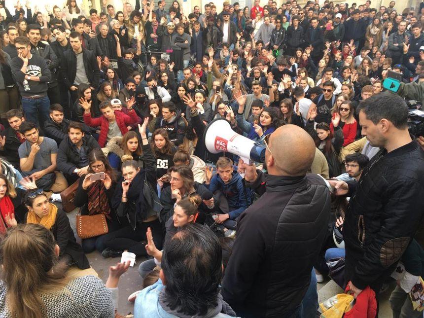 Des centaines d'étudiants ont manifesté ce jeudi devant l'université